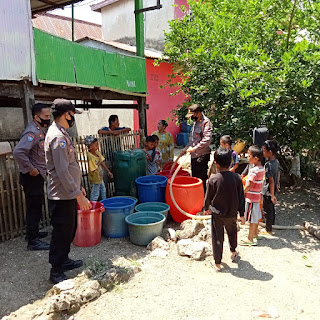 Memasuki Musim Kemarau Polsek Segeri Bagikan Air Bersih Untuk Masyarakat Pesisir