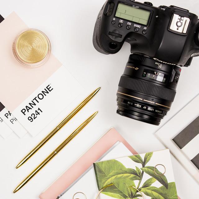 image lifestyle appareil photo et accessoires (carnets, bagues..)