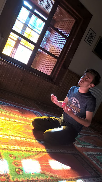 Harun İstenci Hz. Pir Şeyh Şaban-ı Veli camisinde dua ediyor. Kastamonu - Mayıs 2018