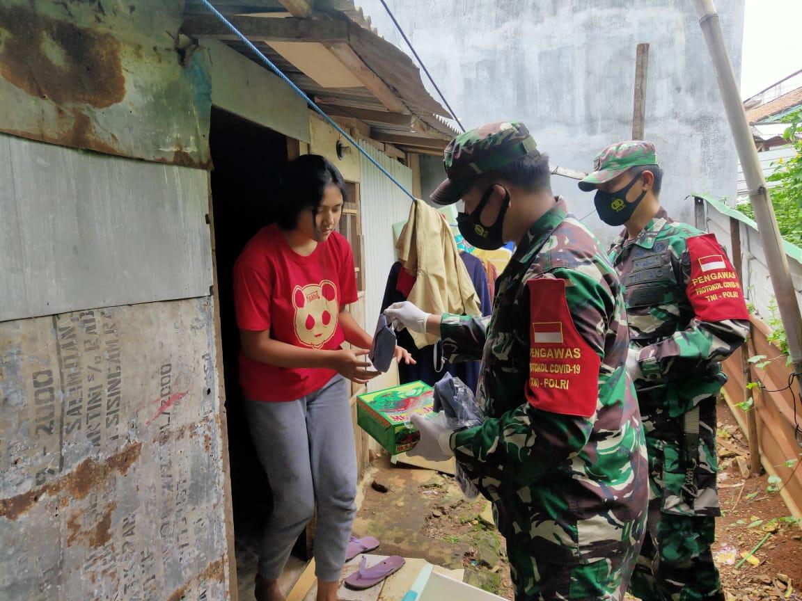 Kodim 0410/KBL melaksanakan kegiatan Jum'at berbagi kepada warga masyarakat di Kelurahan Tamin GG. Antara, Tanjung Karang Pusat