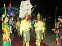 Ketika musim angin barat yang terjadi di kepulauan bangka belitung, masyarakat kabupaten bangka selatan khususnya nelayan - akan segera melalukan tradisi buang jung untuk memohon keselamatan ketika melaut.