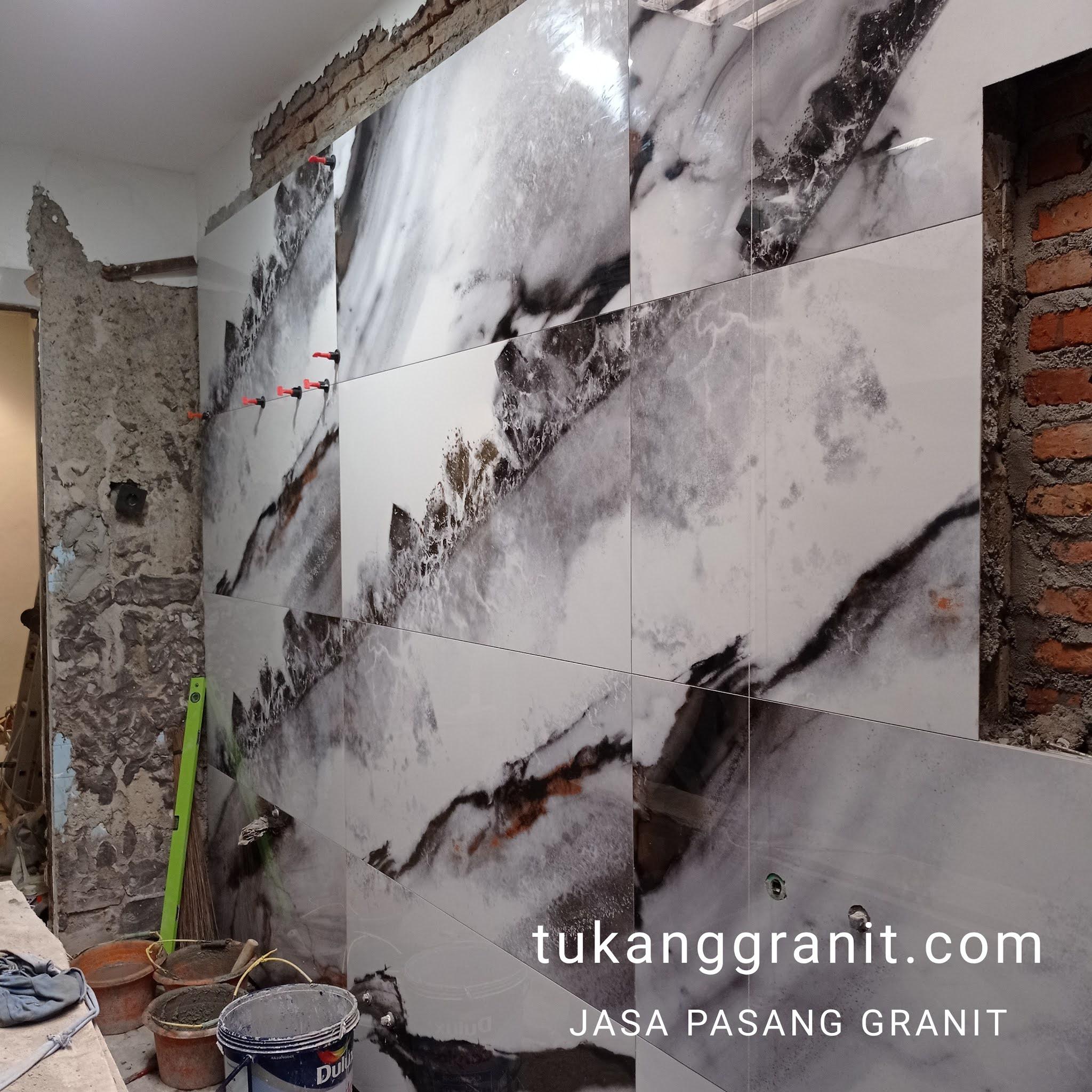 Pasang Granit Dinding Kamar Mandi Merek Serenity 60×120 Cm