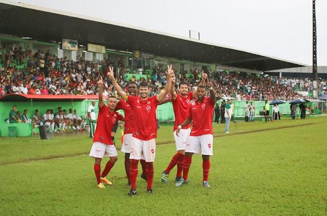Moisés brilha, mas Vila Nova tropeça e vê vitória escapar após expulsão de zagueiro