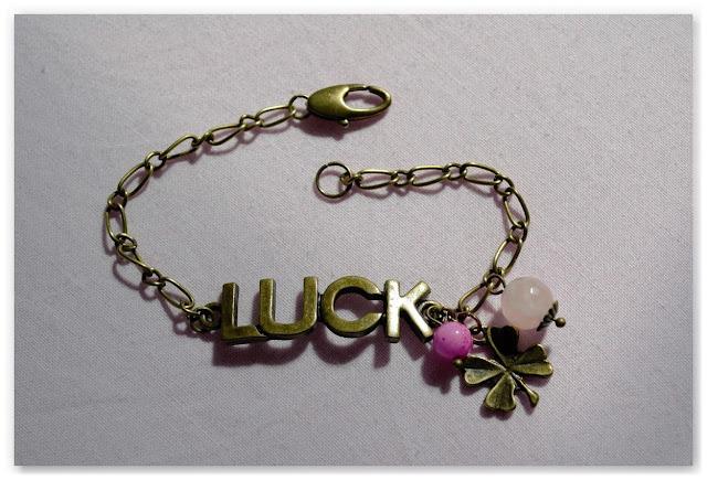 bracelet type gourmette en métal couleur bronze vieilli et perles roses