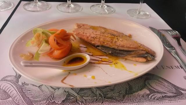 Salmão com molho mostarda, um prato principal na vinícola El Enemigo, em Mendoza, Argentina.