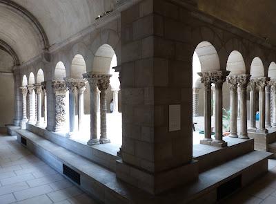 ROMÁNICO EN NUEVA YORK. THE CLOISTERS MET. Claustro de Saint Guilhem Le Desert. Galería 2