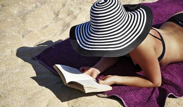 """فتاة تقوم بالصلاة على شاطئ البحر وهي ترتدي """"البكيني"""" تثير ضجة.. فيديو"""