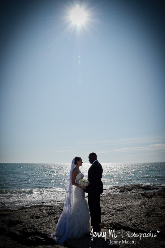 photo contre jour mariés sur la plage