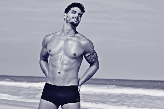 O boytatá Paulo Simas posa de sunga para ensaio sensual na praia do Recreio. Foto: Anderson Marques