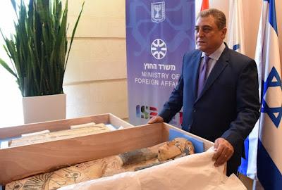 Israel entrega sarcófagos egípcios de 3 mil anos que haviam sido roubados
