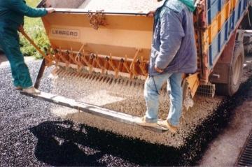Ejecución del tratamiento superficial, pavimento flexible
