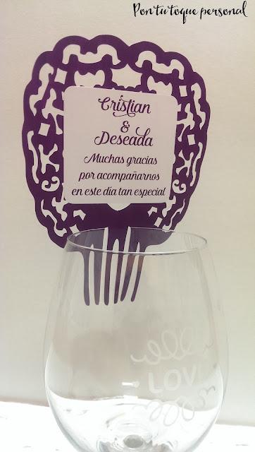 Tarjeta de agradecimiento de boda en forma de peineta en morado para copa