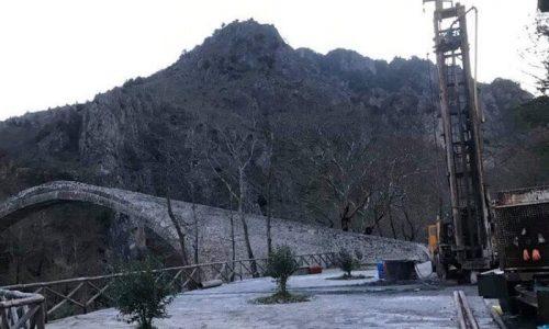 Έντονες είναι οι ανησυχίες που μεταφέρουν κάτοικοι της Κόνιτσας βλέποντας να στήνεται γεώτρηση δίπλα ακριβώς στο ιστορικό γεφύρι της περιοχής τους.