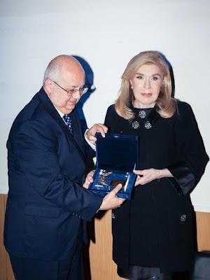 Η Μαριάννα Βαρδινογιάννη βραβεύει τον Ismail Serageldin
