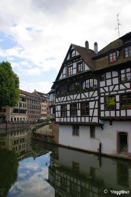 I canali e le case colorate della Petit France di Strasburgo