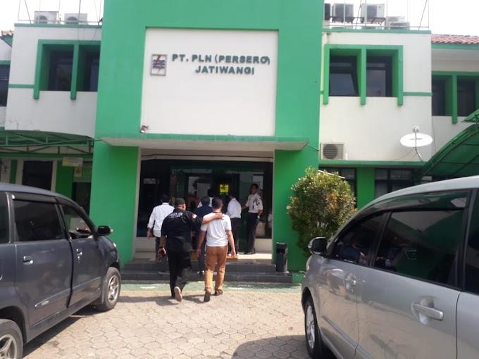 Kesal Listrik Belum Nyala, Nasabah Complain Ke Kantor PLN Jatiwangi.