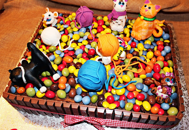 PASTEL DE CUMPLEAÑOS KIT KAT, LACASITOS Y M&M'S DECORADO CON GATOS