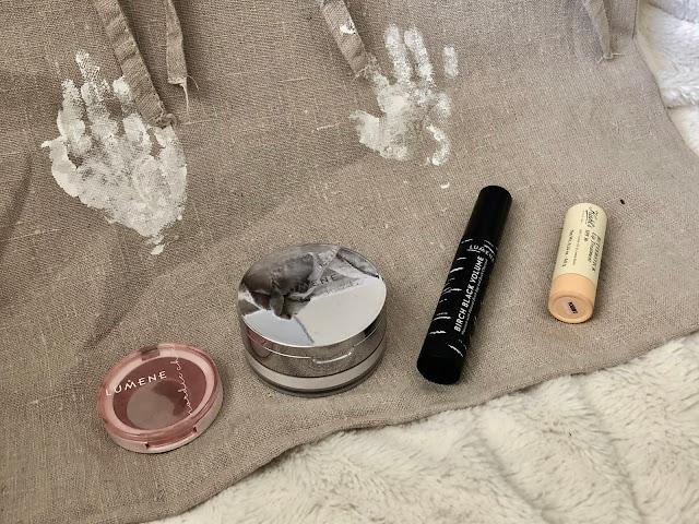 Kaikki meikkini: poskipuna, puuteri, ripsiväri, huulikiilto