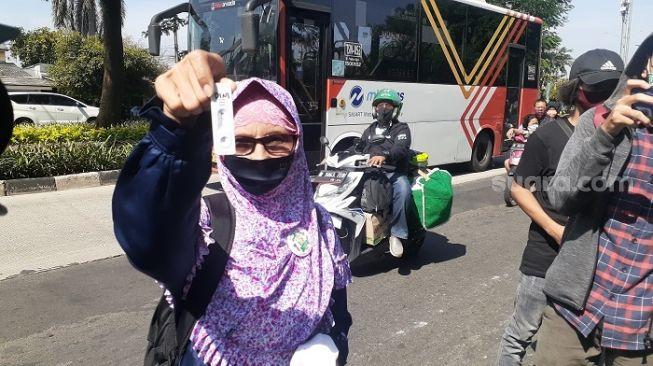 Marah Gegara Tak Diizinkan Hadiri Sidang, Ibu-ibu Pendukung Habib Rizieq Acungkan Alat Tes Covid