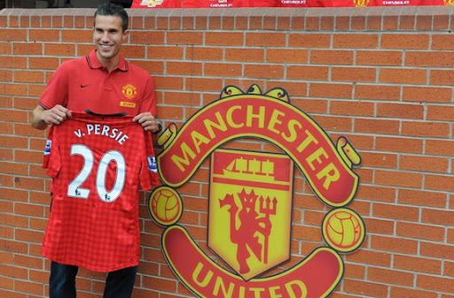 New Manchester United player Robin van Persie poses with his new No 20 jersey