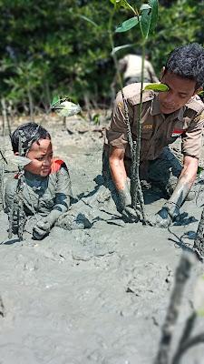 wapalhi Fakultas Syariah dan Hukum UNISNU Jepara dalam kegiatan Revitalisasi Hutan Mangrove Pesisir Jepara