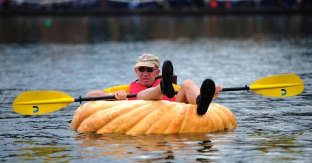 Мъж превърна огромна тиква в лодка (ВИДЕО)