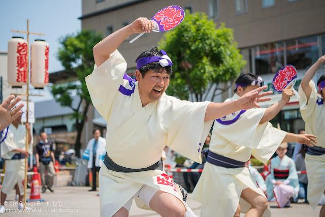 高円寺北口広場、阿波踊り、天狗連の舞台踊り、男踊りの写真