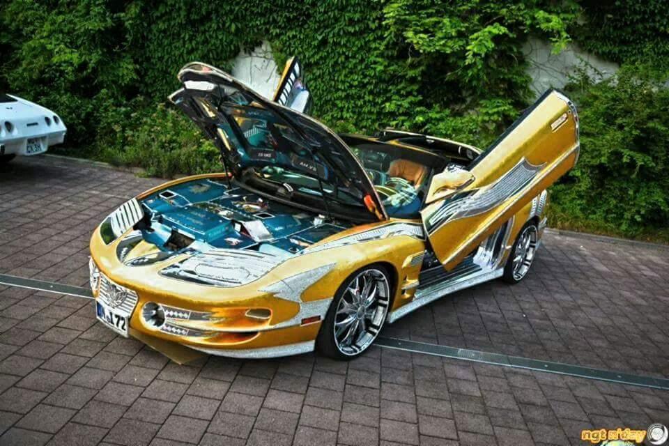 2002 Pontiac Trans Am được mạ vàng, đính kim cương từ trong ra ngoài