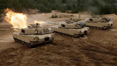 Tanques estadounidenses M1 Abrams disparan durante el ejercicio militar Saber Strike de la OTAN en Adazi, Letonia.Ints KalninsReuters