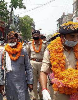 विश्व मे कोरोना महामारी से लॉक डाउन पूरे देश मे है इस दौरान समस्तीपुर में लॉक डाउन में कोरोना योद्धा को आम जनता ने फूलो से स्वागत किया।