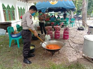 Dapur Umum TNI Polri Enrekang Menyiapkan Makan Malam Untuk Warga