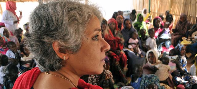 La científica líder de la OMS, Soumya Swaminathan, durante una reunión con refugiados sursudaneses en un centro de salud de la capital sudanesa, Jartum.