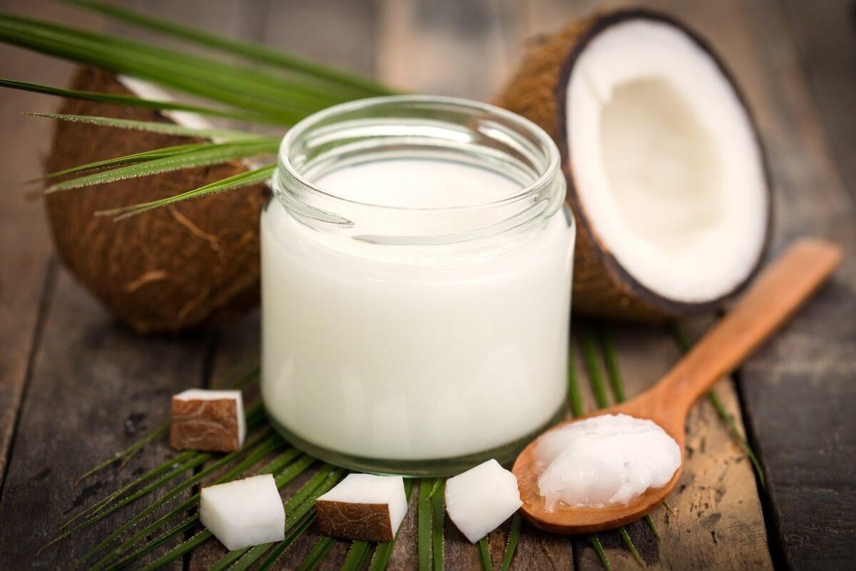 Deixe o alimento ser seu cosmético: O óleo de coco supera os produtos perigosos de cuidado do corpo advindo do petróleo
