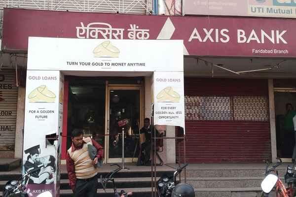 फरीदाबाद 1 नम्बर मार्किट का Axis Bank दिखाता है दादागिरी, ग्राहकों को करता है परेशान