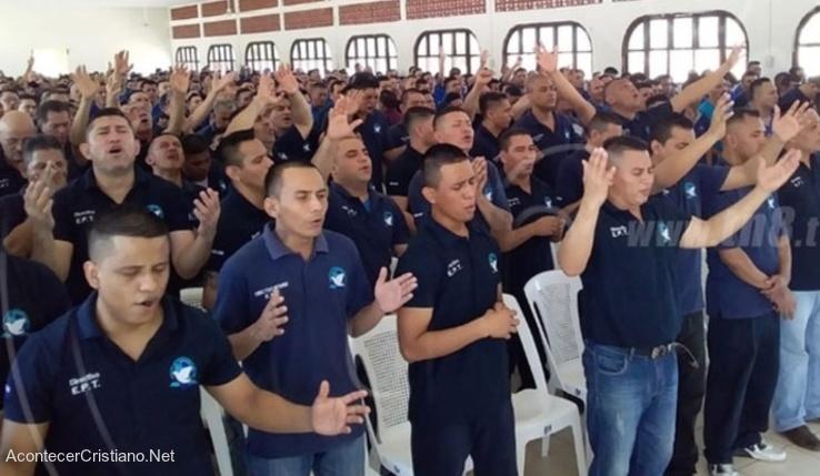 Presos alabando a Dios en prisión de Perú