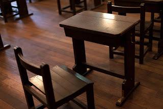 昔の教室の机と椅子を表示