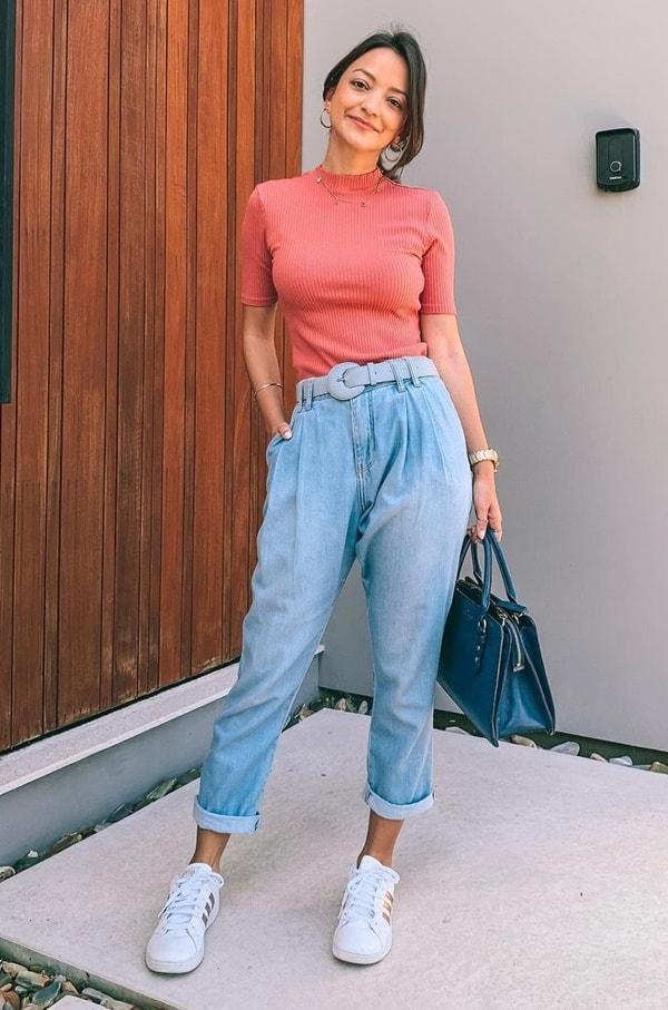 look com calça jeans dobrada e tênis