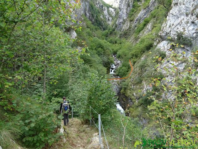 Canal de Reñinuevo: Bajando al puente para subir a Tresviso
