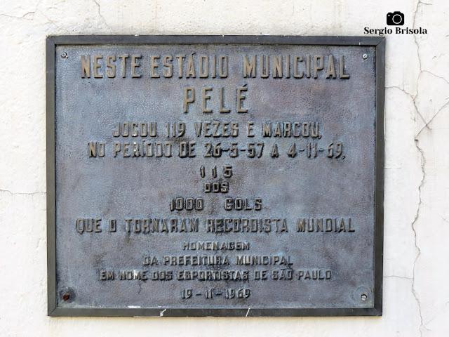 Close-up de Placa de Homenagem a Pelé - Estádio do Pacaembu - São Paulo