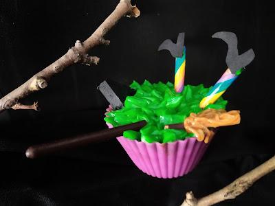 Bruja chocando con cupcake