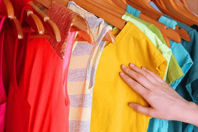 Làm cách nào để treo móc giặt áo thun để áo thun không bị giãn?