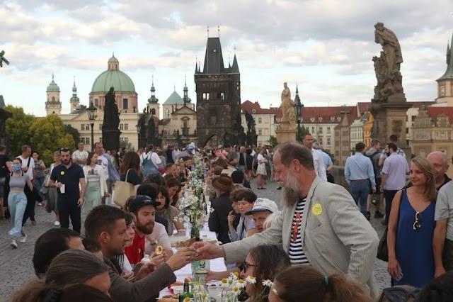 """""""Коронавірус, бувай!"""": У центрі Праги влаштували застілля-прощання"""