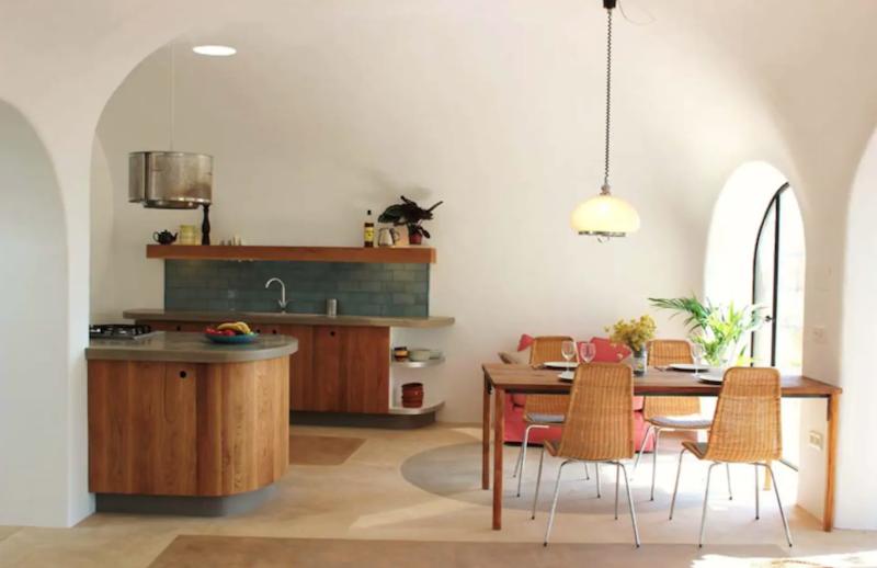 Cocina con mobiliario de madera a medida