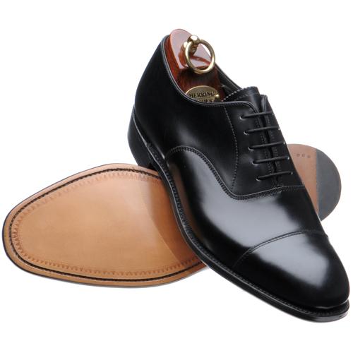 a408cbbbac952 Eleganckie czarne buty. Wiązane. Bez wzorków, ale z drobnymi szwami  (całkowicie gładkie bez jakichkolwiek szwów to byłyby lotniki, które  również mogą być ...
