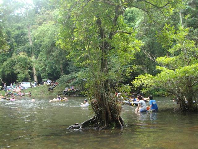 เป็นสถานที่ท่องเที่ยวที่สวยงาม แต่เมื่อฤดูฝนมาถึง ก็จะเกิดน้ำป่าหลากเป็นประจำทุกปี ซึ่งเป็นภัยอันตรายที่ใครก็คาดไม่ถึง