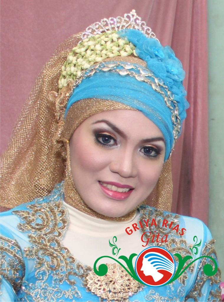Kebaya Dengan Jilbab Kreasi - Putu Merry