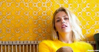 Papel de pared pintado de amarillo