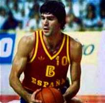 Foto de Fernando Martín durante un partido vistiendo el número 10 de la camiseta de España. Fuerte, de cuerpo atlético, pelo negro y semblante serio, era uno de los ídolos del baloncesto español.