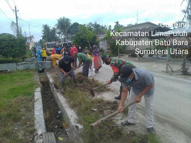 Kebersamaan Personel Jajaran Kodim 0208/Asahan Dengan Masyarakat Laksanakan Gotong Royong Bersihkan Pangkal Jalan Dan Parit