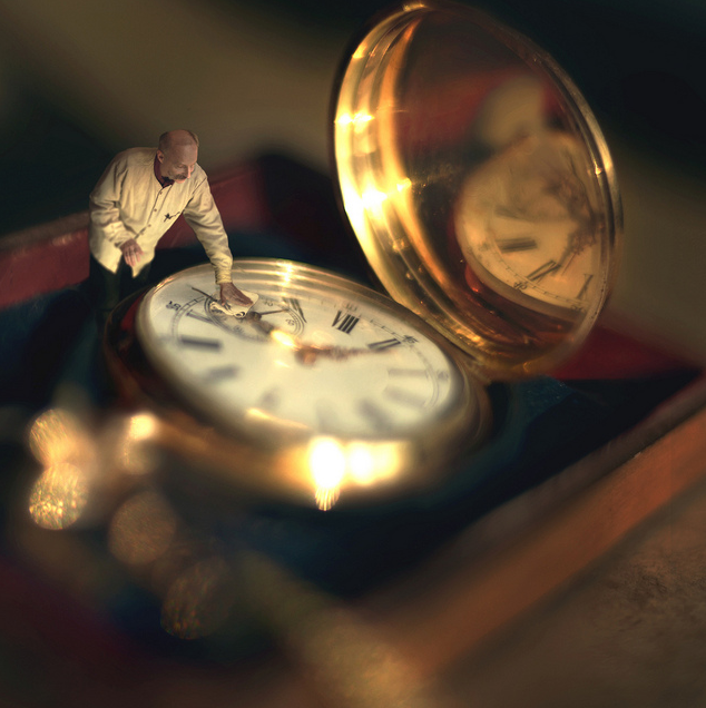 01-Grandfather-Watch-Zev-Hoover-zevhoo Surreal-Miniatures-Photo-Manipulations-www-designstack-co